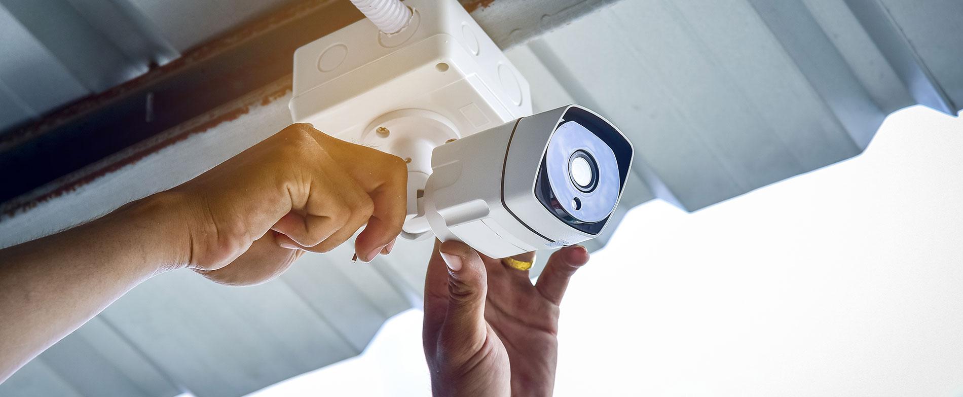 Techniker installiert Überwachungskamera